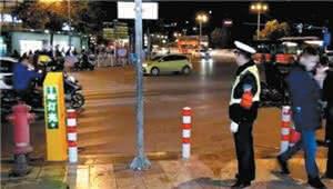 """昆明首个""""电子交通劝导员""""上岗 语音提醒行人过马路"""