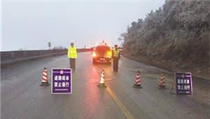 曲靖多条高速结冰封路 交警部门融雪破冰力保安全