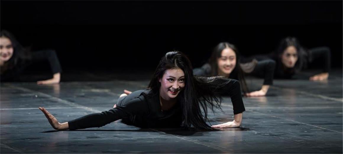 他们把云南25个少数民族舞蹈搬进教材