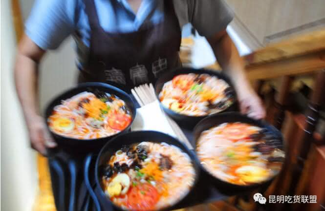 昆明这家吃了会上瘾的米线店,连老外都慕名来排队划米线!