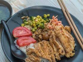 昆明老年大学旁的小吃街,16块一份饭,铺满肉连米都看不见
