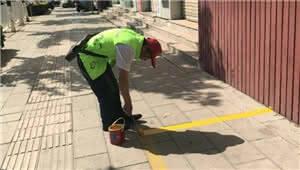 五华区总工会志愿者到月牙塘社区对小广告进行铲除