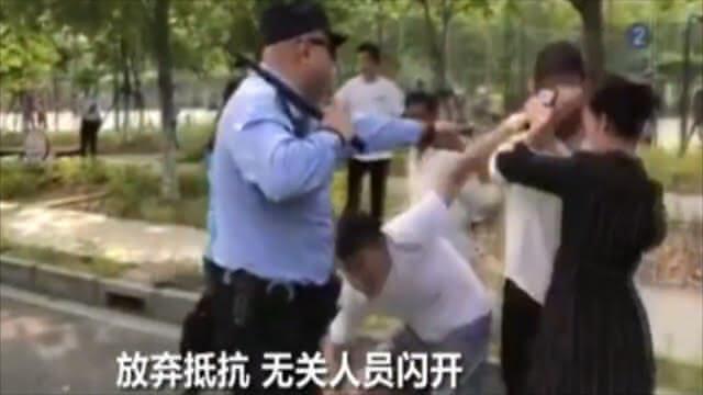 """这段警察执法视频火了 网友点赞""""教科书级执法""""(现场)"""