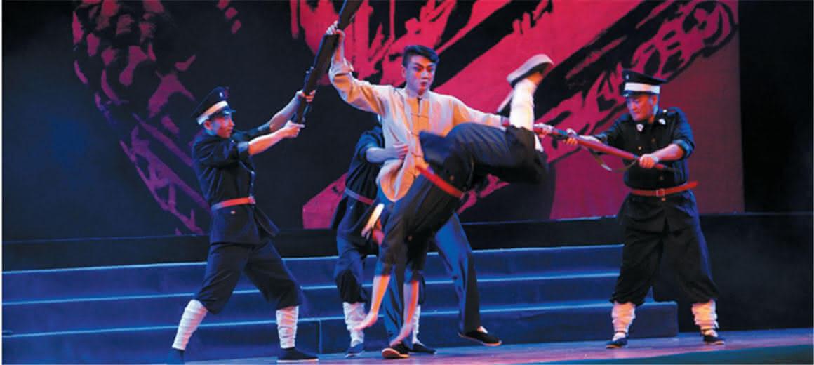云南青年代表观看红色经典剧《山茶花红》