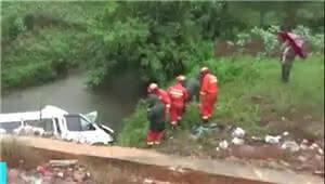 雨天超速逆行 文山一救护车坠河致3人被困