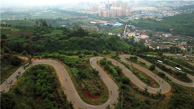 """环青海湖自行车赛昆明站开赛 千人征服""""68道拐"""""""