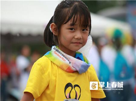 参加彩虹跑的小朋友们。摄影:刘勇。 责编:符亚丽 一审:李星