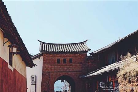 沙溪古镇的建筑的梁柱衔接手法精巧复杂,做工大气,既保留了宋、元时期的古建筑大殿式样遗风,又深受白族建筑风格和藏密寺院建筑风范的影响,属国内罕见。