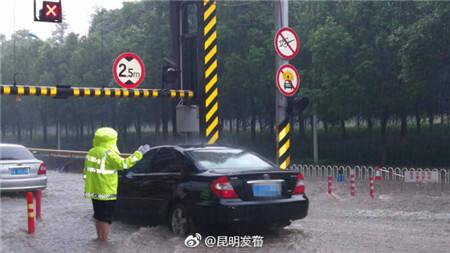 受强降雨影响,昆明主城区部分路段淹水导致交通拥堵。