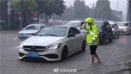 交警蜀黍为确保道路通行顺畅,坚持在雨中执勤。甚至站在积水中疏导交通,到处留下了他们辛苦执勤的身影!