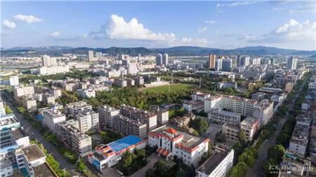 漂亮的新城区,中间是郑和文化广场和足球场。