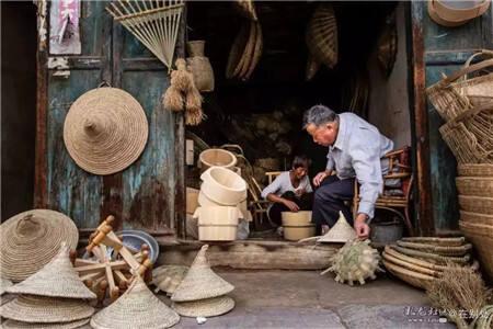 卖竹器的手艺老人。