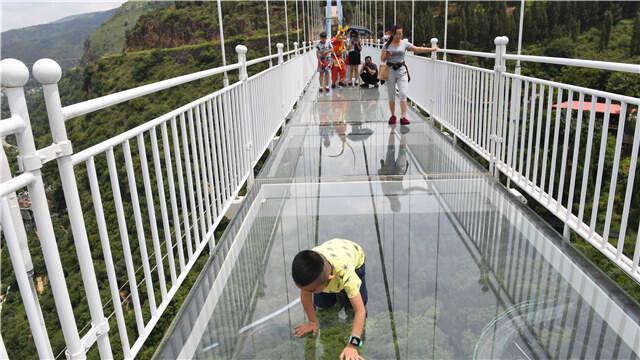 玩的就是心跳!昆明首条高空5D玻璃桥迎客