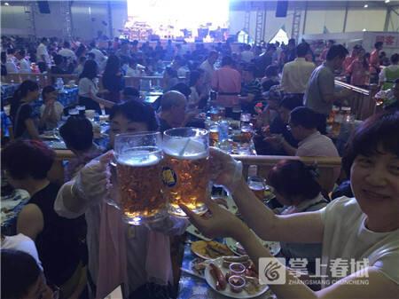 现场游客热情举杯欢庆。