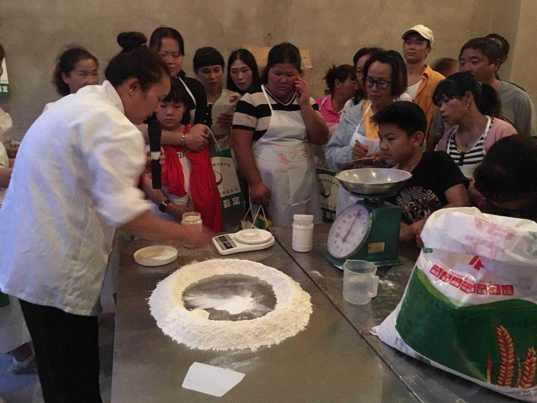 """茨坝街道""""点餐""""式技能培训助力移民创业就业"""