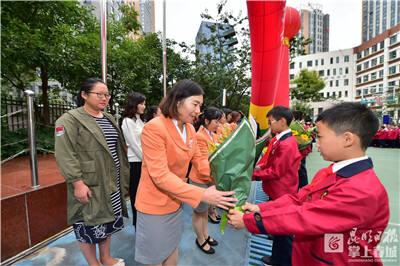 节日快乐!联盟小学学生为老师送上鲜花和贺卡