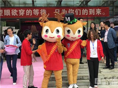 云南师范大学新生报到 拍照模板成留念首选