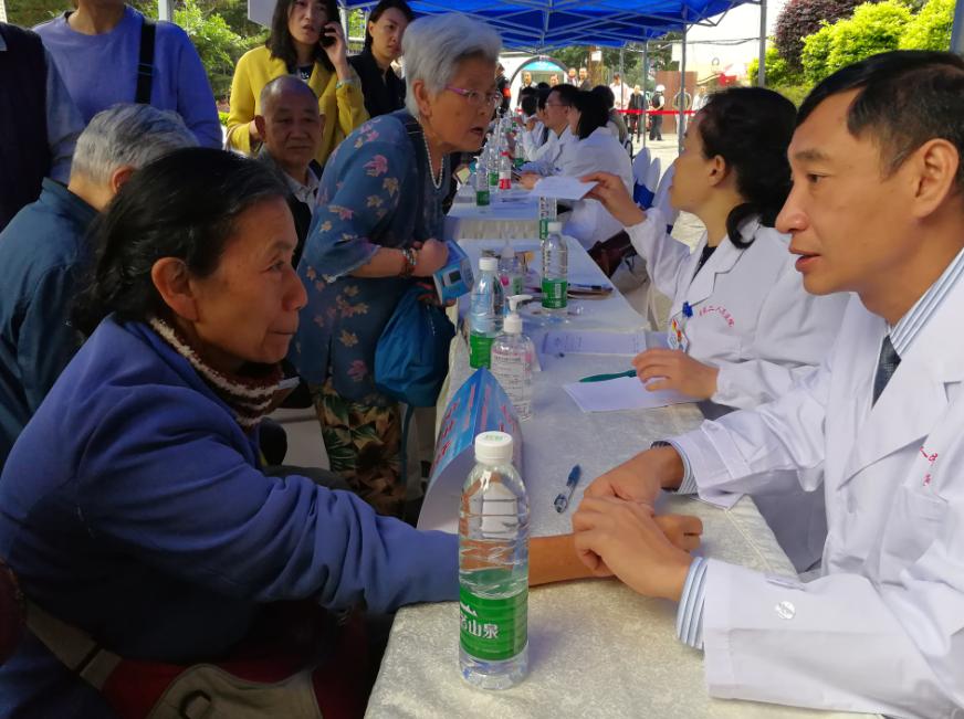 台湾医师来昆义诊为昆明百姓服务