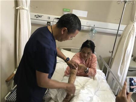 深山采菌遭群蜂围攻 医院多科联动救回曲靖女子