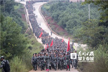 开启大学新生活 云南工商学院9000名新生徒步38公里拉练