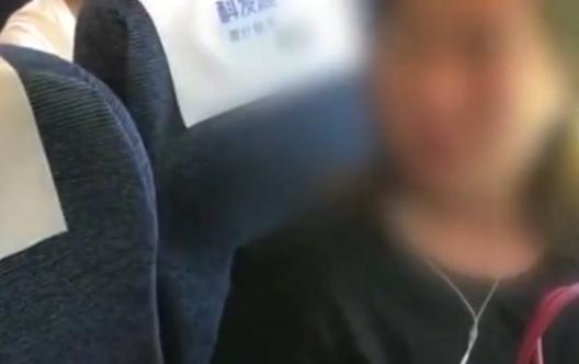 """高铁又现""""霸座女""""强占靠窗座位 铁路公安已介入调查"""