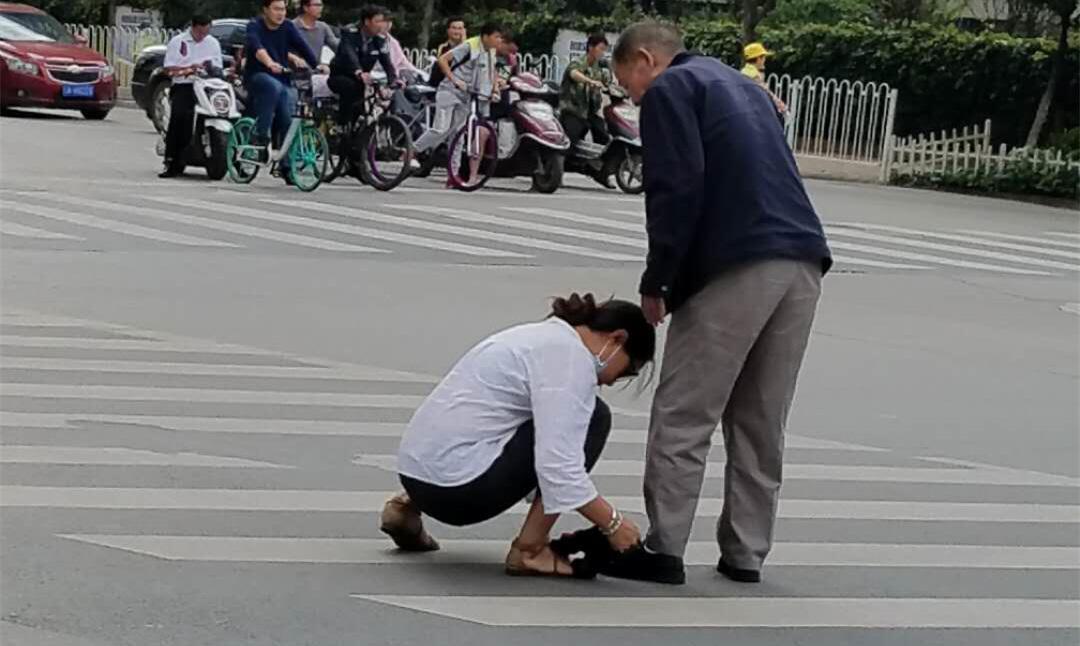 暖心!昆明街头一母亲放下孩子扶老人过马路获市民点赞