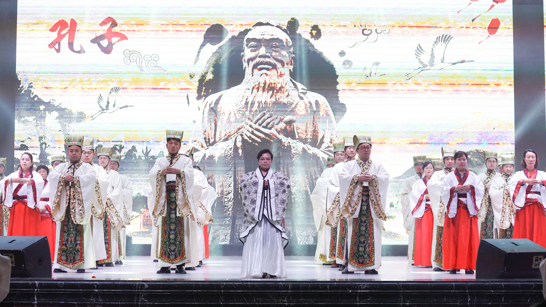 云南工商学院9000多名新生祭拜孔子