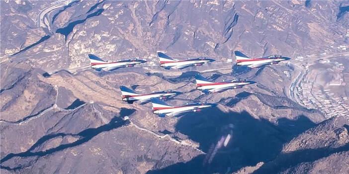 帅!空军八一飞行表演队6架歼-10飞越长城