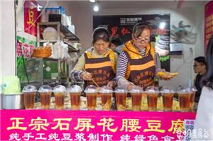 """4平米小摊让人排队7小时!昆明烧豆腐界的""""SHE""""了解一下"""
