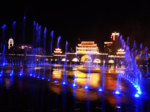 五彩斑斓!曲靖南城门广场音乐喷泉如梦似幻