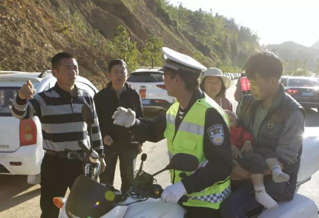 暖心!两岁幼儿突发疾病,曲靖执勤交警开辟生命通道护送