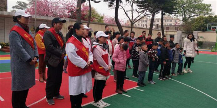 """宜良县红十字志愿者""""学雷锋""""走进特教学校"""