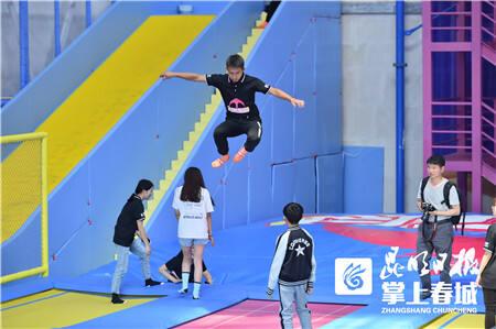 飞象乐园开业迎客 快来体验专业级蹦床杂技运动