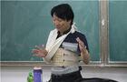 河南现最敬业老师 绑绷带上课
