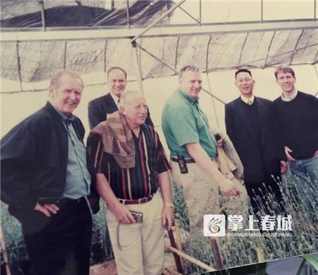 3外国专家在华明升的花卉大棚里.jpg