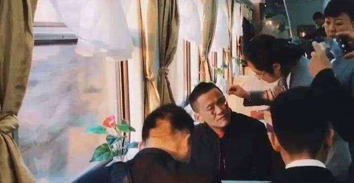 暖心!返乡旅客脸部受伤出血 列车人员合力施救