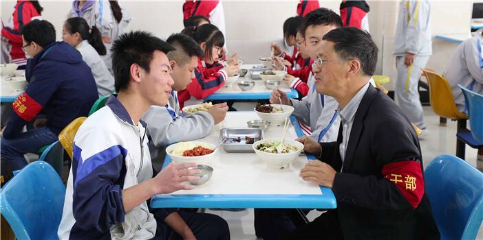 """我们同吃""""一锅饭""""!昆明多所学校陪餐制已实行多年"""
