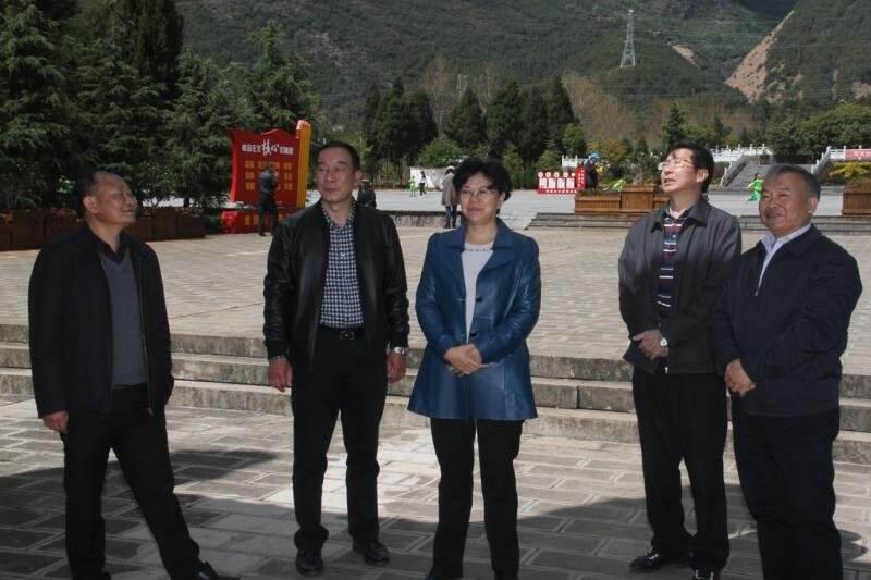 省人大常委会副主任、省总工会主席王树芬到鹤庆县调研