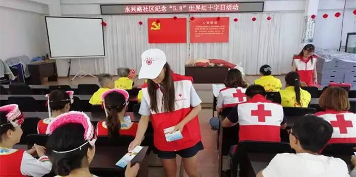 帮市民学急救 西山区红十字会开展红十字日宣传活动