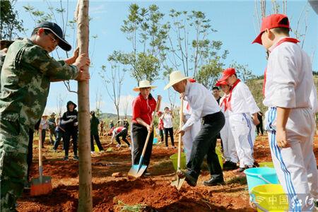 红河州举行2019年义务植树节植树活动