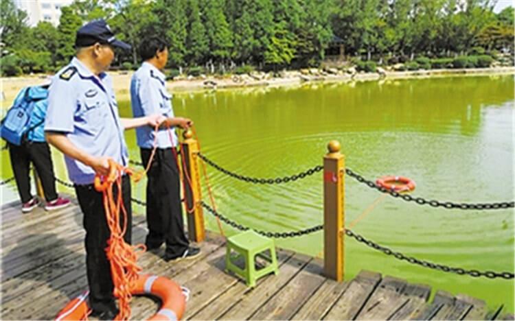 曲靖市城南商务广场人工湖配置救生圈