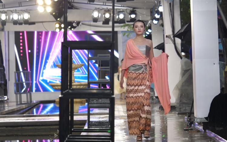 昆明民族时装周上演 五国设计师展示异域风情