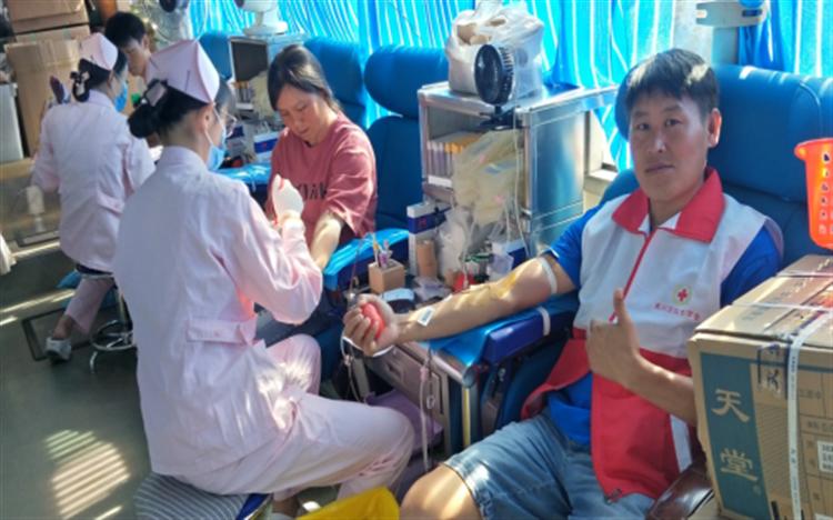 东川区红十字会开展世界献血者日宣传活动