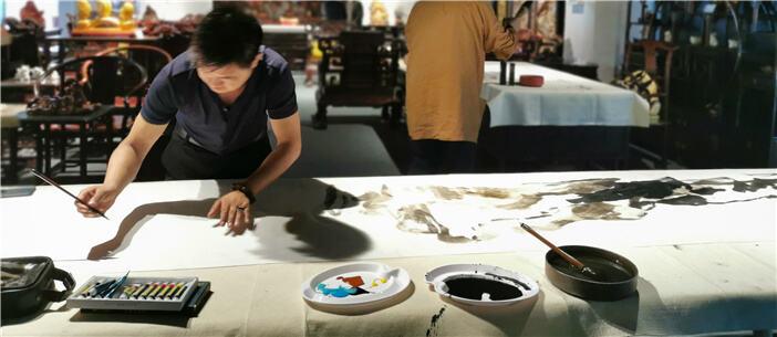 栩栩如生!云台两地艺术家共绘44.66米长卷水墨画