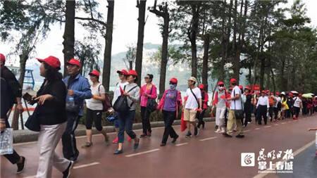 迎国庆70周年   海埂公园千名老人健步走