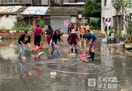 及时处理淹积水 穿金社区保障居民正常生活