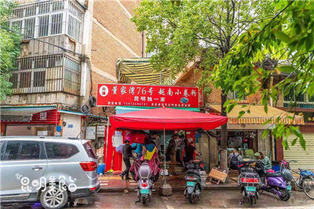 昆明董家湾仅10平米的小吃店 味道太棒啦!