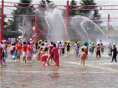 民族村开启暑期泼水狂欢