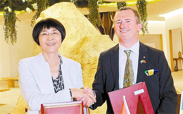 胡章翠会见加蓬林业、海洋、环境和气候变化部部长