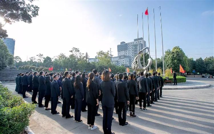 昆明经开区举行同升国旗活动